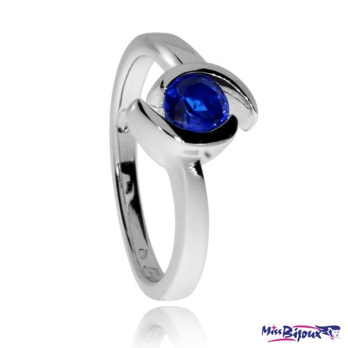Stříbrný prsten s modrým syntetickým kamenem ve dvou liniích