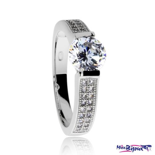 Stříbrný prsten se zirkony (cubic zirconia)