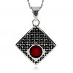 Stříbrný přívěsek s korálem - Kámen červené barvy umístěn ve starostříbrném lůžku