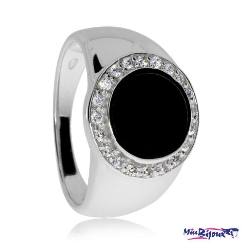 Stříbrný prsten s černým kamenem v kulaté obrubě se zirkony (cubic zirconia